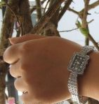 Серебристые женские часы со стразами