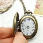 Необычные часы кулон овальной формы