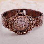 Женские наручные кварцевые часы со стразами